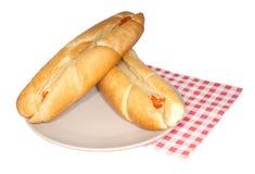 Zwei Hotdoge mit Senf auf brauner Platte Lizenzfreie Stockfotografie