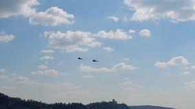 Zwei Hubschrauber, die über den See fliegen stock video