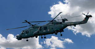 Zwei Hubschrauber im Himmel Stockfoto