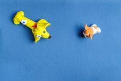 Zwei Hunde vom Plasticine auf einem blauen Hintergrund Lizenzfreies Stockfoto