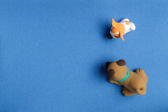 Zwei Hunde vom Plasticine auf einem blauen Hintergrund seitlich Lizenzfreie Stockbilder