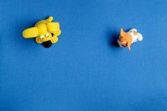 Zwei Hunde vom Plasticine auf einem blauen Hintergrund von oben Stockfoto