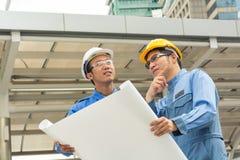 Zwei Ingenieur oder Architekt besprechen sich lizenzfreie stockfotos