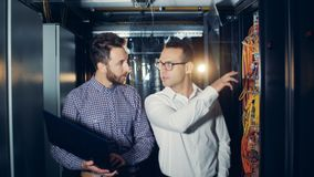 Zwei Ingenieure überprüfen Serverausrüstung, Abschluss oben stock video