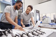 Zwei Ingenieure, die CAD-Programmierungs-Software auf Laptop verwenden lizenzfreie stockbilder
