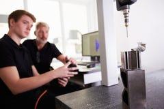 Zwei Ingenieure, die CAD-System verwenden, um an Komponente zu arbeiten stockfotos