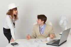 Zwei Ingenieure, die im Büro während der Arbeit sprechen Stockfoto