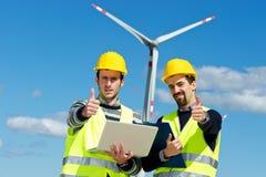 Zwei Ingenieure in einem Wind-Turbine-Kraftwerk lizenzfreies stockfoto