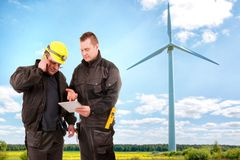 Zwei Ingenieure in einem Windkraftanlage-Kraftwerk lizenzfreies stockfoto