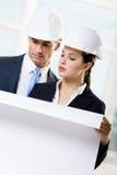 Zwei Ingenieure, welche die Skizze betrachten Lizenzfreie Stockfotografie