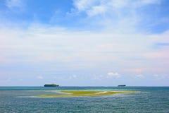 Zwei Inseln auf dem Horizont lizenzfreie stockbilder