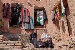 Zwei iranische Frauen in einem traditionellen Dorf, Abyaneh, der Iran Lizenzfreies Stockfoto