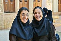 Zwei iranische Frauen in historischem Haus Tabatabaei, Kashan, der Iran lizenzfreie stockfotos