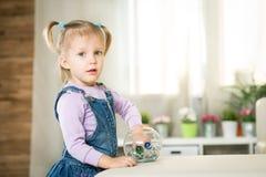 Zwei Jahre alte Baby liegt auf dem Boden Lizenzfreies Stockfoto
