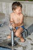 Zwei Jahre alte Junge an einem waterpark Stockfoto