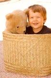 Zwei Jahre alte Junge mit seinem Plüschbären Stockfotos