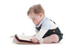 Zwei Jahre alte nette Junge, die ein Buch lesen Lizenzfreies Stockfoto