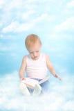 Zwei Jahre alte nette Junge, die ein Buch lesen Lizenzfreie Stockfotografie