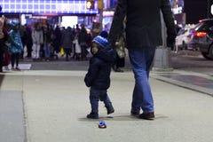 Zwei Jahre Kleinkind mit dem Vater, der auf Brodway in Manhattan am Abend geht Stockfotos
