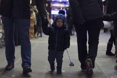 Zwei Jahre Kleinkind mit dem Vater, der auf Brodway in Manhattan am Abend geht Stockbild