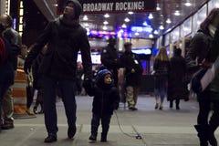 Zwei Jahre Kleinkind mit dem Vater, der auf Brodway in Manhattan am Abend geht Stockbilder