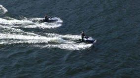 Zwei Jet-Ski auf der Destillation für die Wellen des Meeres Langsame Bewegung stock video