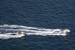 Zwei Jet-Skis in Pazifik Lizenzfreies Stockbild