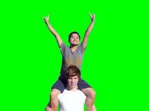 Zwei jugendlich Jungen vor einem grünen Schirm Stockbild