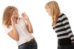 Zwei jugendlich Mädchen, die eine Argumentierung haben stockfoto