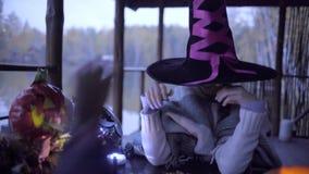 Zwei jugendlich Mädchen, die Süßes sonst gibt's Saures candys nach an Halloween teilen stock video