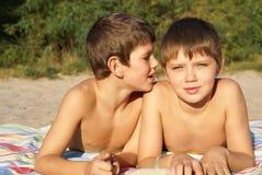 Zwei jugendliche Freunde stockbilder