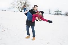 Zwei Jugendliche havinf Spaß auf dem Schneefeld Stockbilder
