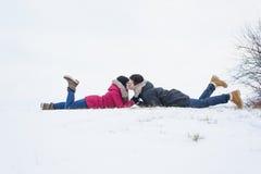 Zwei Jugendliche havinf Spaß auf dem Schneefeld Stockfotografie
