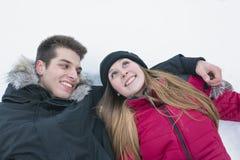 Zwei Jugendliche havinf Spaß auf dem Schneefeld Stockbild