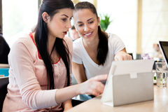 Zwei Jugendliche mit digitaler Tablette Stockbild