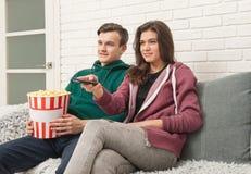 Zwei Jugendliche sitzen auf der Couch fernsehend stockfotos