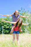 Zwei Jugendlichefreunde, die Spaß draußen am Sommertag haben Stockfotos
