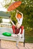 Zwei Jugendlichen haben Spaß an Stockbild