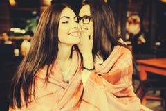 Zwei jung und schöne Mädchenanteilgeheimnisse Lizenzfreies Stockbild