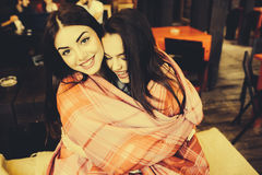 Zwei jung und schöne Mädchen, die Spaß im Café haben Stockbilder