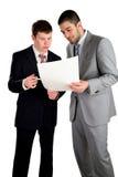 Zwei junge arbeitende Geschäftsmänner und konferieren Lizenzfreies Stockbild