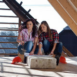 Zwei junge Arbeitnehmerinnen auf dem Dach Lizenzfreie Stockfotografie