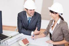 Zwei junge Architekten in der Sitzung Stockbilder