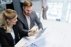 Zwei junge Architekten, die im Büro zusammenarbeiten Stockbild