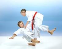 Zwei junge Athleten bilden Judowürfe aus stockbilder