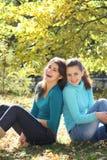 Zwei junge attraktive Frauen auf Natur Lizenzfreies Stockbild