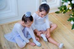 Zwei junge Balletttänzer, die für Lektion sich vorbereiten Lizenzfreies Stockbild