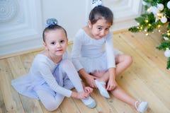 Zwei junge Balletttänzer, die für Lektion sich vorbereiten Lizenzfreie Stockbilder