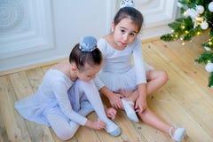 Zwei junge Balletttänzer, die für Lektion sich vorbereiten Lizenzfreies Stockfoto