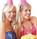 Zwei junge blonde Mädchen haben eine Geburtstagsfeier Lizenzfreie Stockfotos